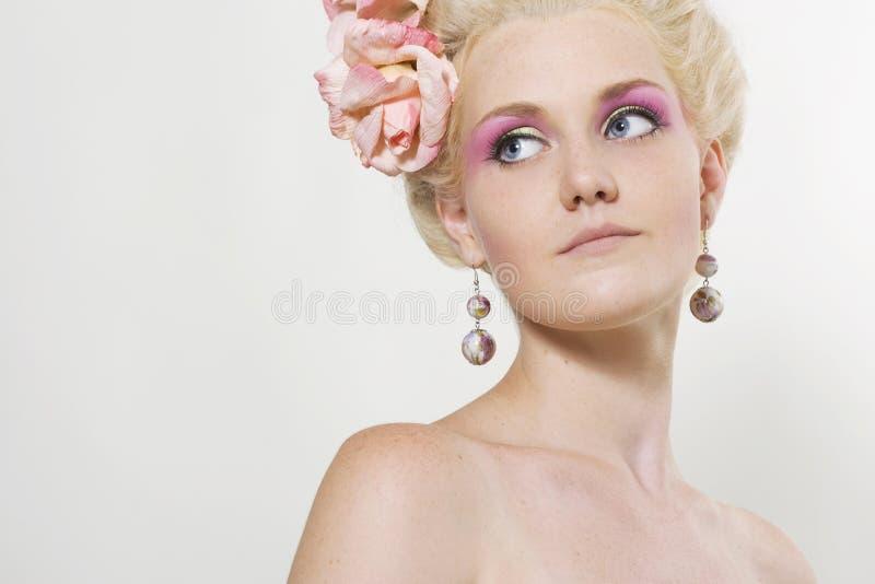 Giovane donna con trucco alla moda fotografia stock libera da diritti