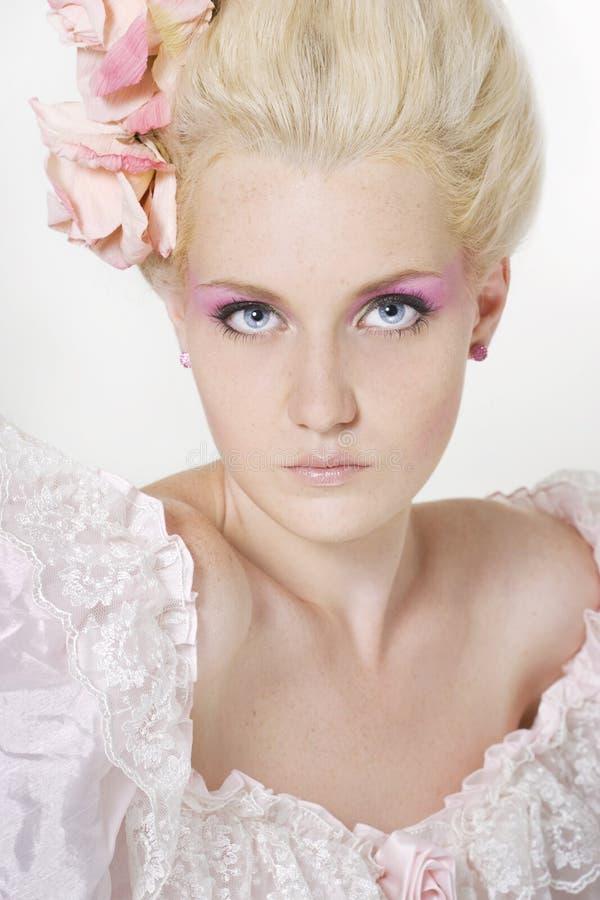 Giovane donna con trucco alla moda immagine stock