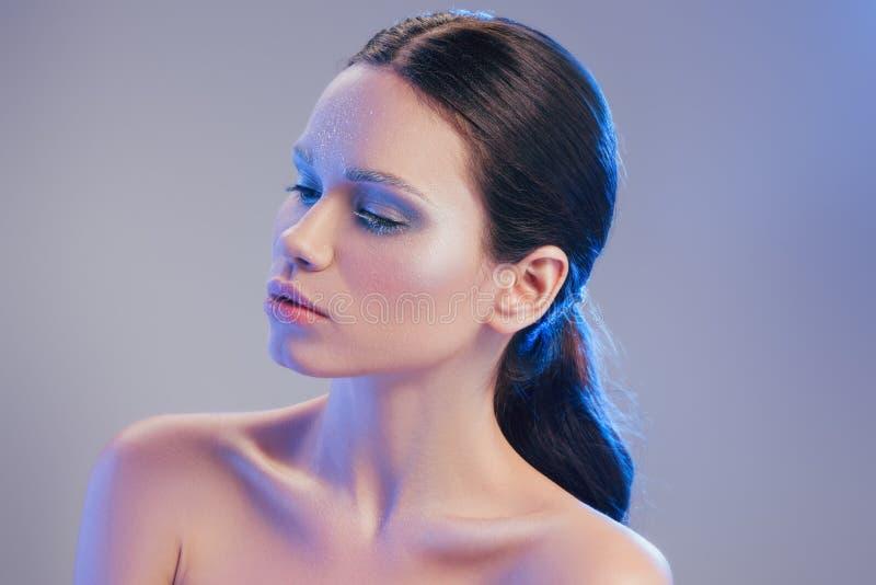 giovane donna con trucco naturale coperto fotografie stock libere da diritti