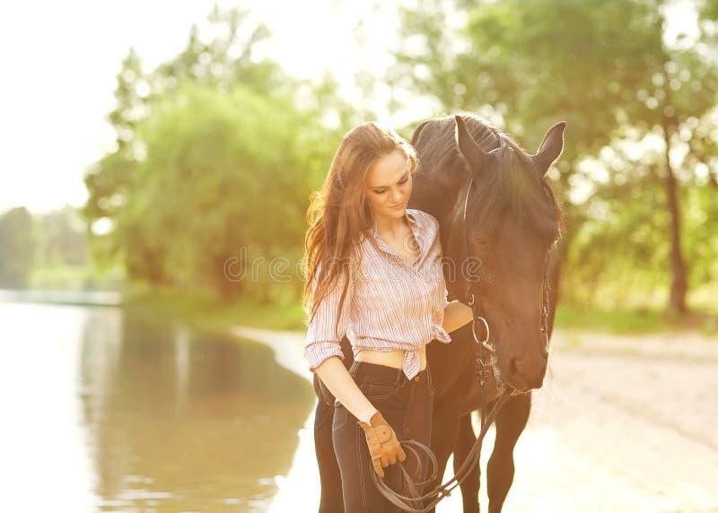 Giovane donna con un cavallo immagine stock libera da diritti