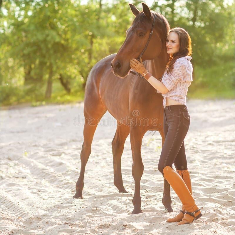 Giovane donna con un cavallo fotografia stock