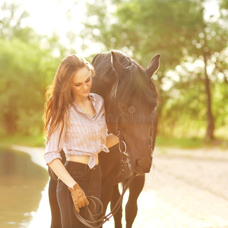 Giovane donna con un cavallo fotografia stock libera da diritti