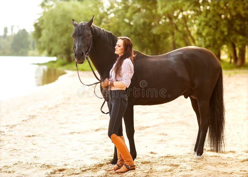 Giovane donna con un cavallo immagine stock