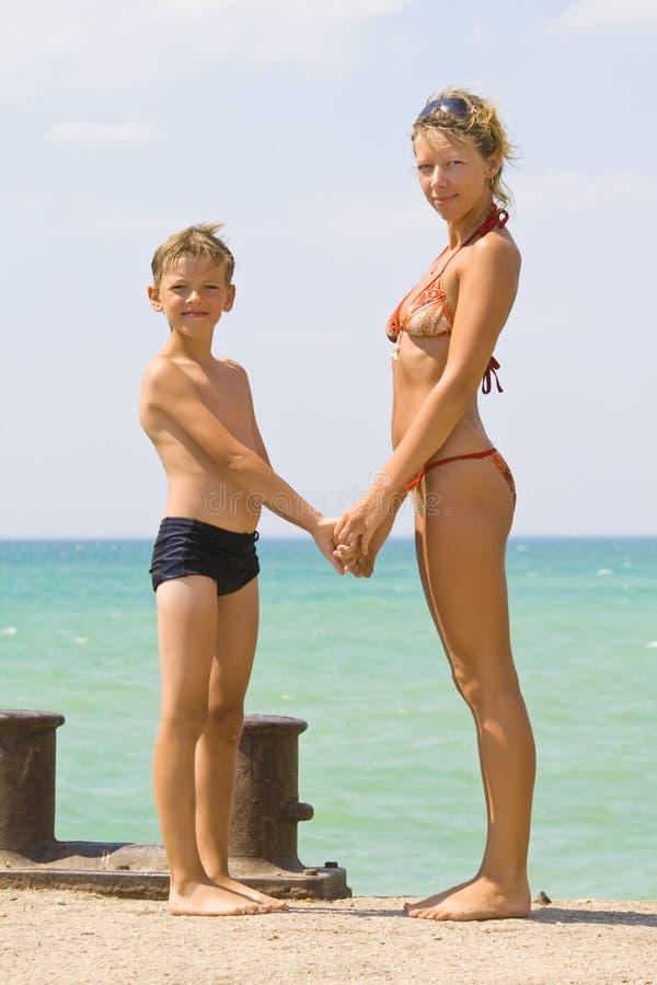 Giovane donna con un figlio fotografie stock