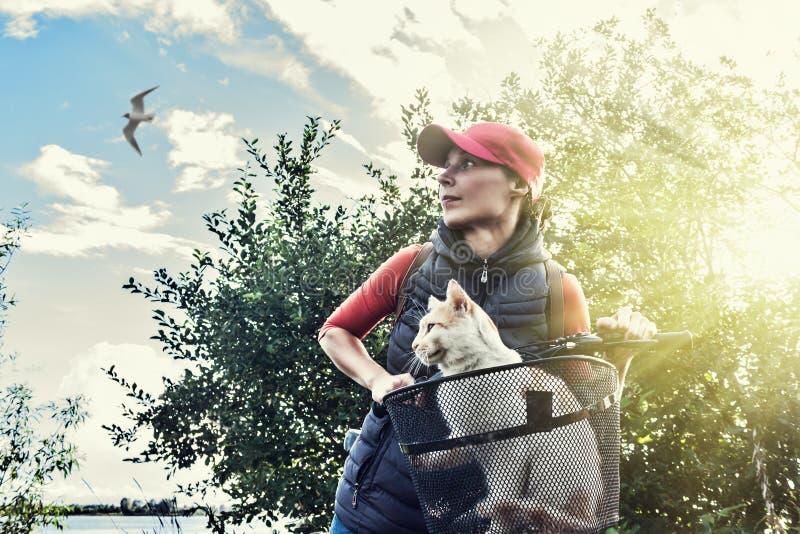 Giovane donna con un gatto fotografie stock libere da diritti