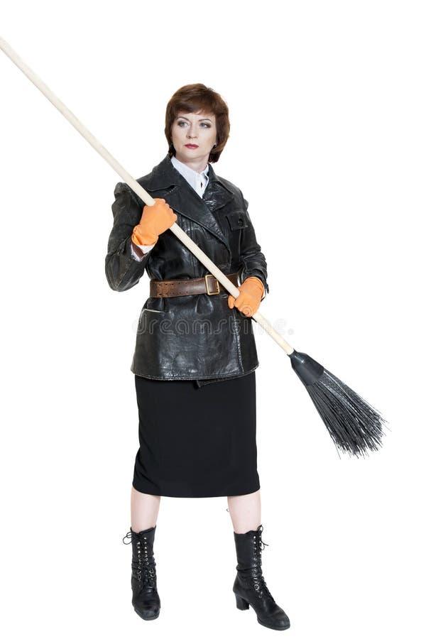 Giovane donna con una scopa fotografie stock