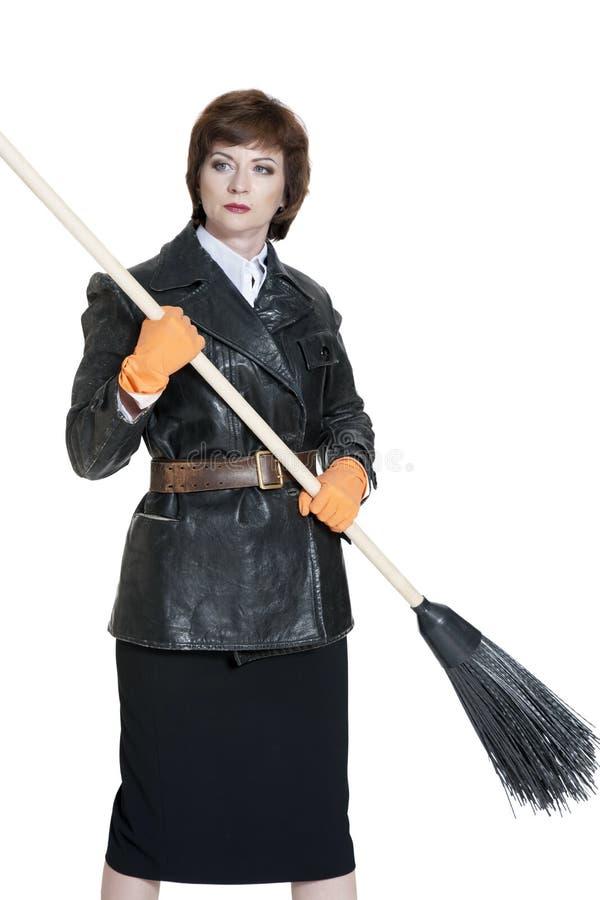 Giovane donna con una scopa immagini stock