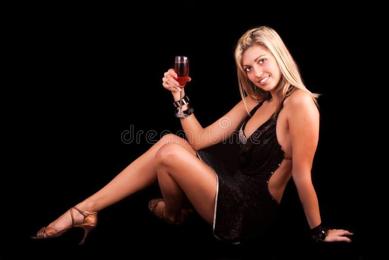 Giovane donna con vetro di vino fotografie stock libere da diritti