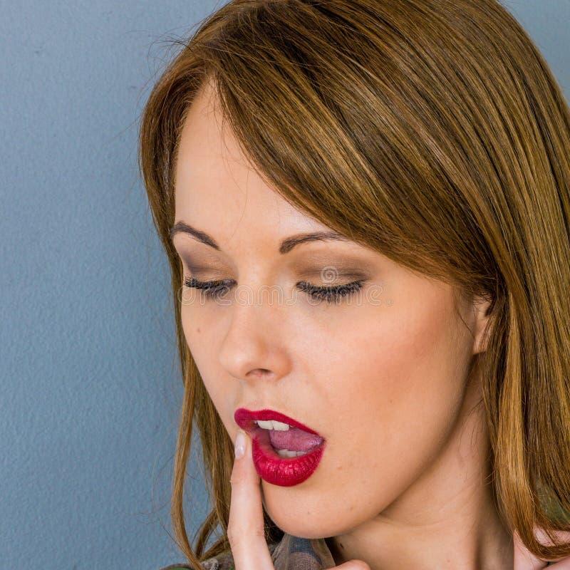 Giovane donna confusa che opera le scelte immagini stock libere da diritti
