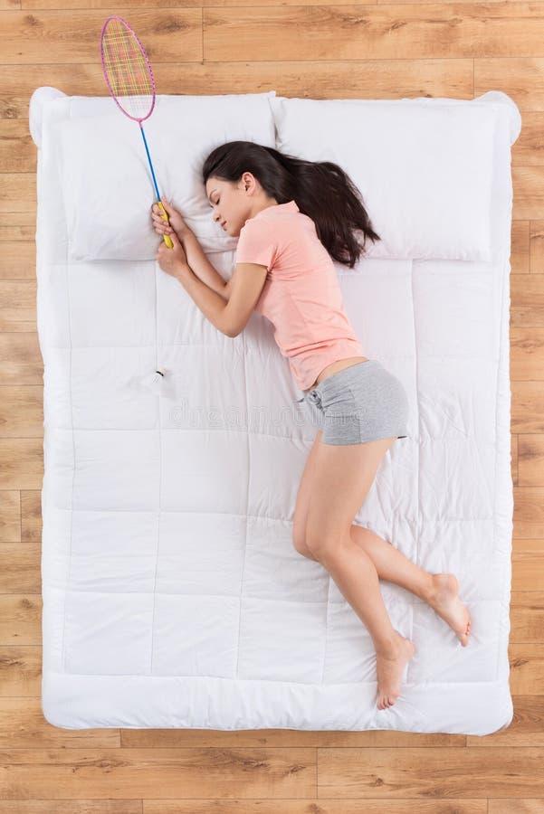 Giovane donna contenta che si trova sul letto fotografia stock