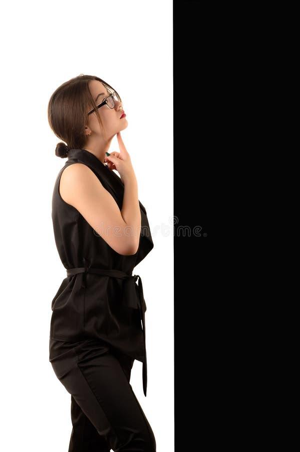 Giovane donna coreana pensierosa di affari su fondo in bianco e nero, concetto fotografia stock libera da diritti