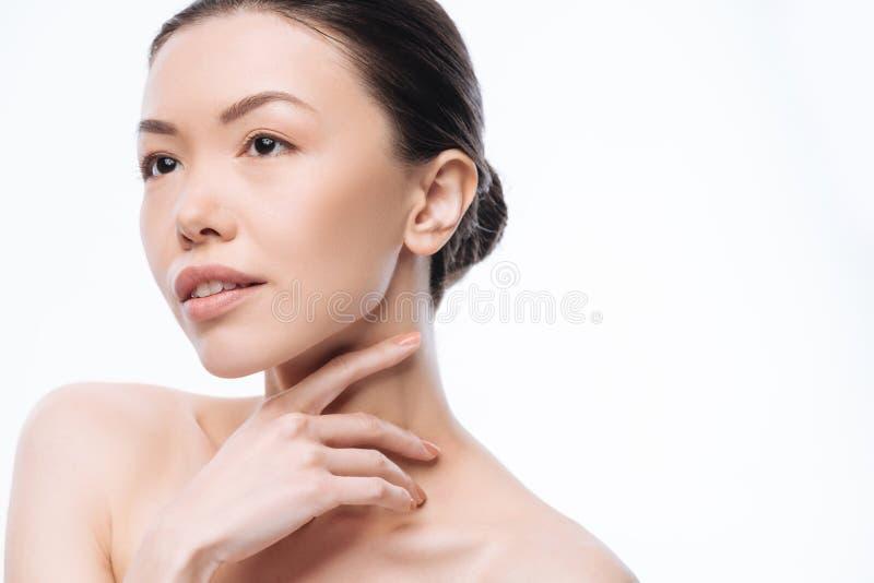 Giovane donna coreana premurosa che esprime bellezza nello studio fotografia stock