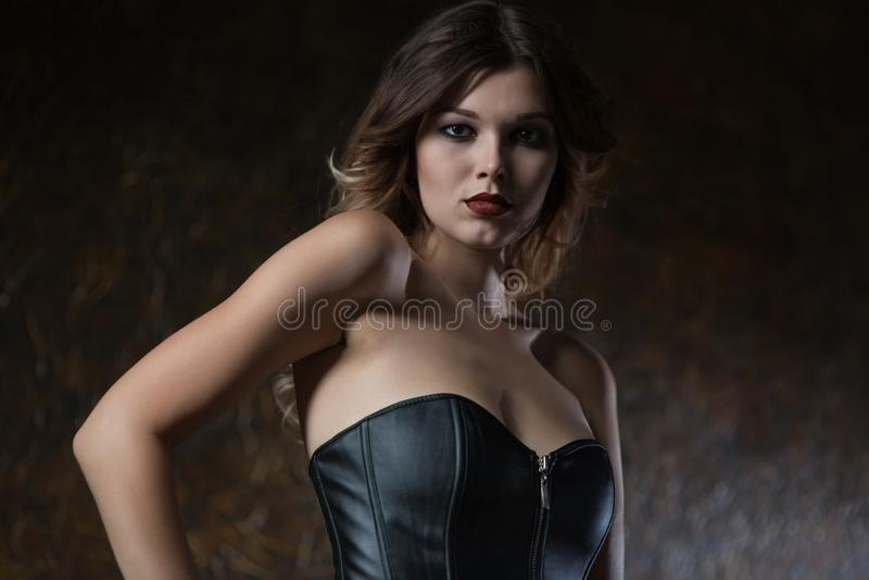 Giovane donna in corsetto di cuoio fotografia stock