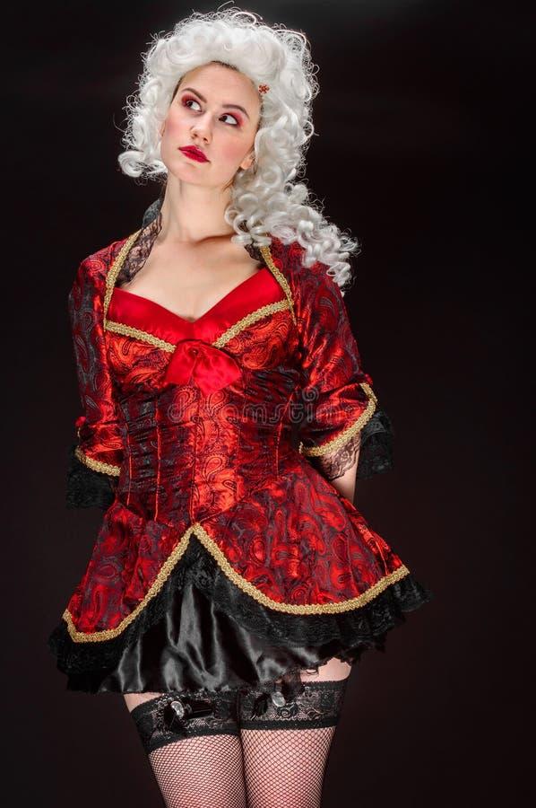 Giovane donna in costume barrocco fotografia stock