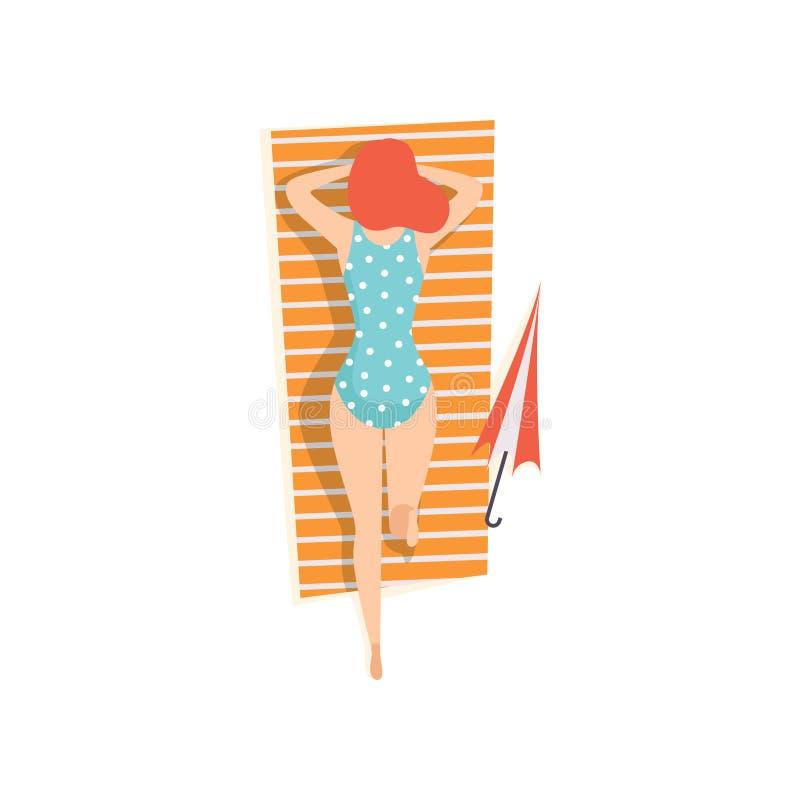 Giovane donna in costume da bagno blu che si trova sul suo stomaco e che prende il sole sulla spiaggia, illustrazione di vettore  royalty illustrazione gratis