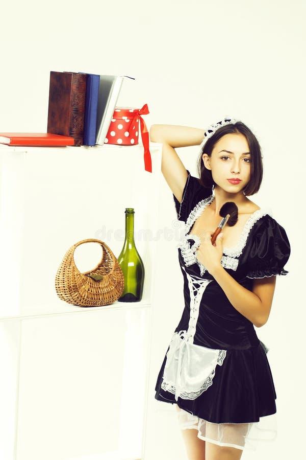 Giovane donna in costume della cameriera fotografia stock libera da diritti
