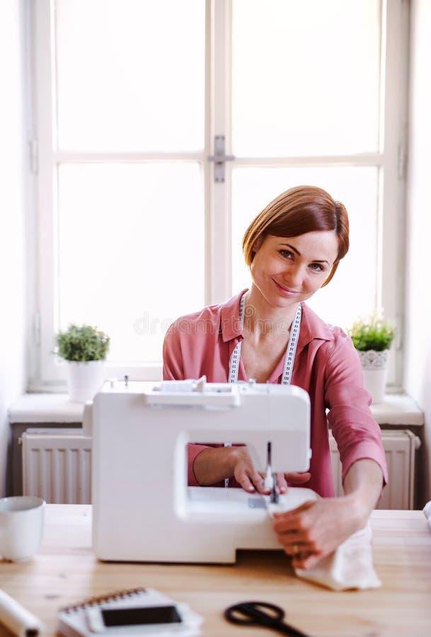 Giovane donna creativa in uno studio, lavorante Una partenza di adattamento dell'affare immagini stock libere da diritti