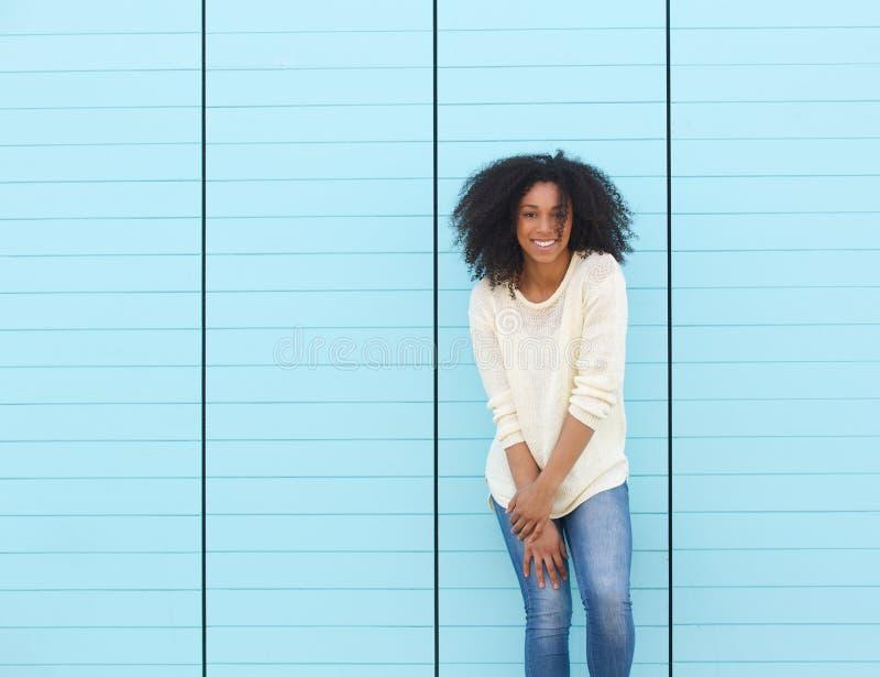 Giovane donna d'avanguardia che sorride all'aperto fotografia stock