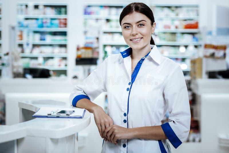 Giovane donna d'orientamento mora in un sorridere delle camice luminoso immagine stock