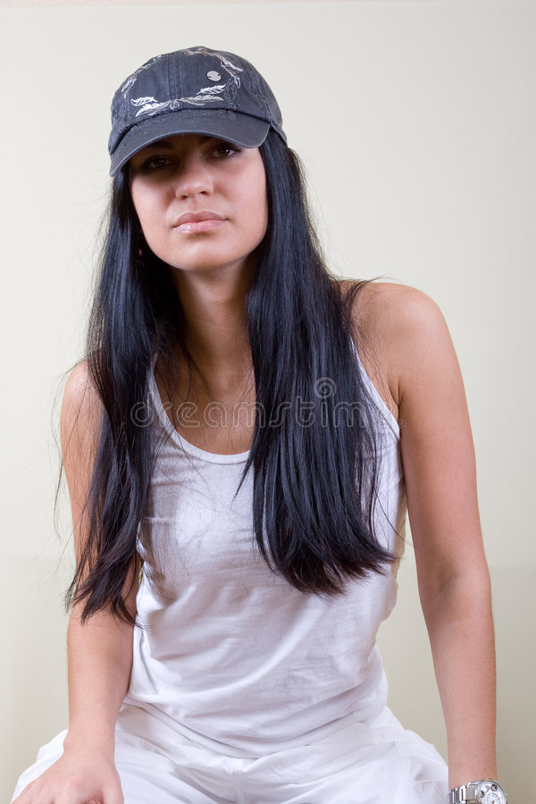 Giovane donna dei capelli neri in protezione fotografia stock