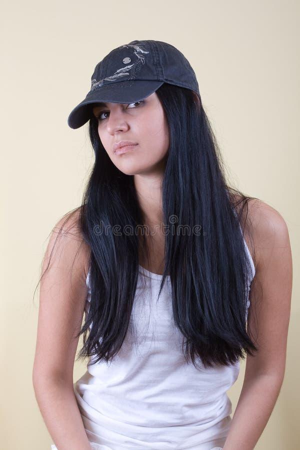 Giovane donna dei capelli neri in protezione immagini stock