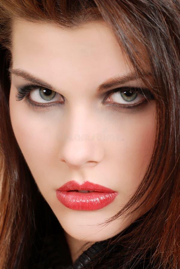Giovane donna del brunette di Headshot con rossetto rosso fotografia stock