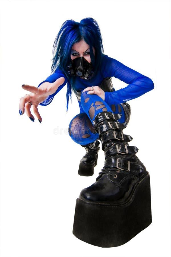 Giovane donna del goth di cyber in grandi caricamenti del sistema neri fotografia stock