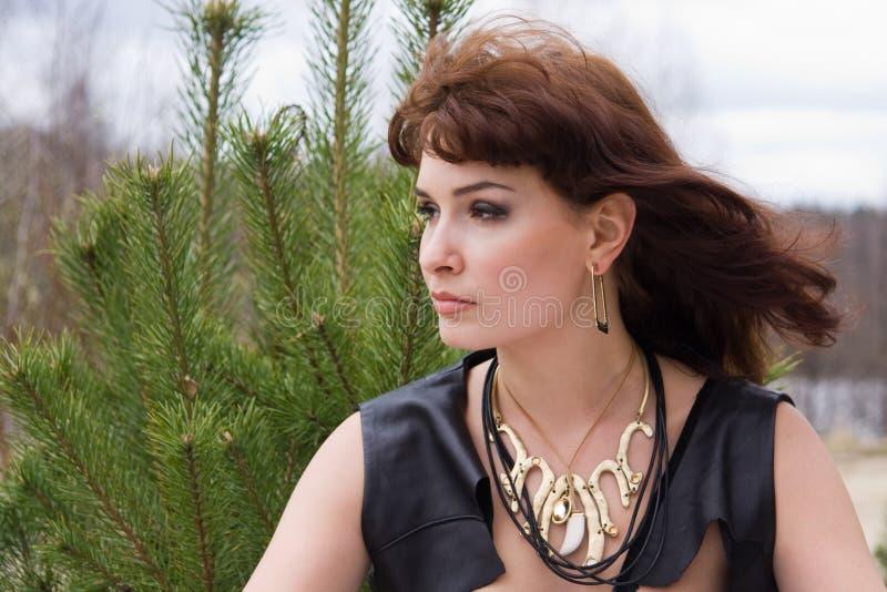 Giovane donna del ritratto in foresta fotografie stock libere da diritti