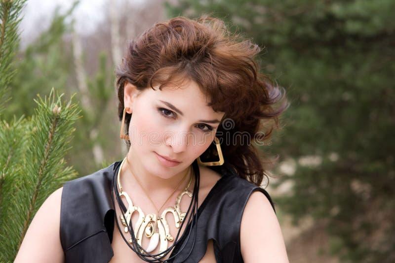 Giovane donna del ritratto in foresta fotografie stock