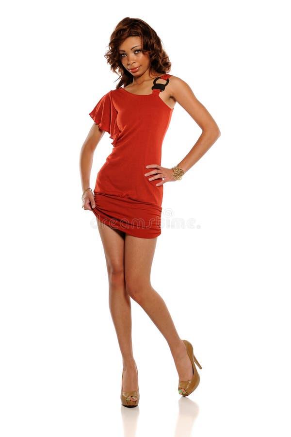 Giovane donna dell'afroamericano che porta un vestito rosso fotografia stock libera da diritti