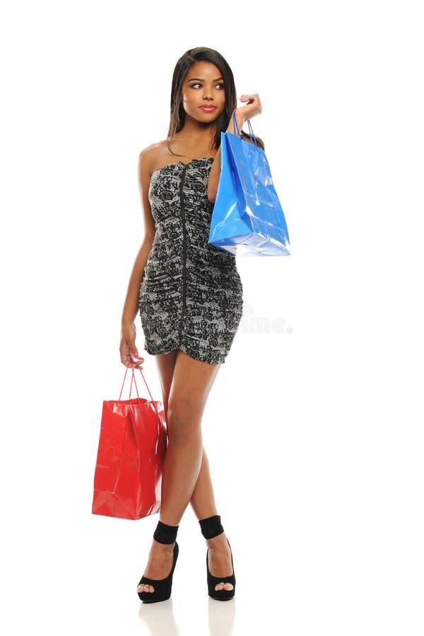 Giovane donna dell'afroamericano con i sacchetti di acquisto immagini stock