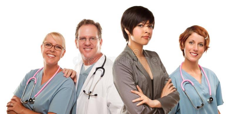 Giovane donna della corsa mista con medici e gli infermieri dietro immagine stock