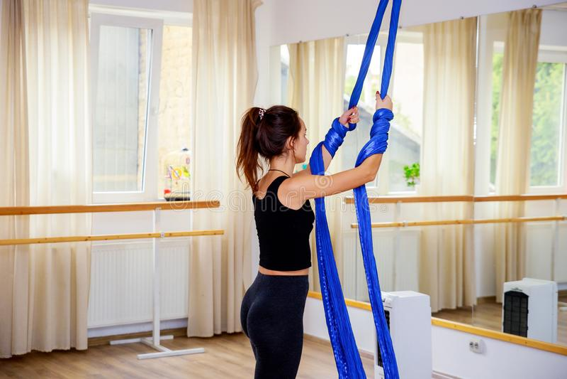 Giovane donna della ginnasta che fa ginnastica sulla corda nella palestra aerea di forma fisica fotografie stock libere da diritti