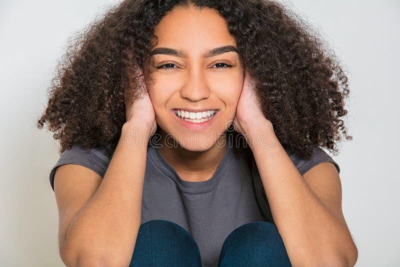 Giovane donna della ragazza dell'adolescente della corsa mista con i denti perfetti fotografia stock libera da diritti
