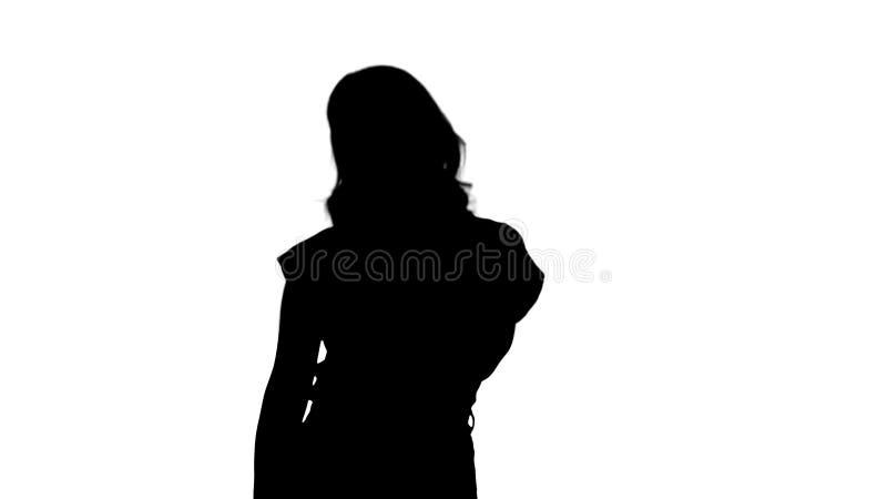 Giovane donna della siluetta con capelli biondi in maglietta rossa che esamina macchina fotografica priva di emozioni illustrazione vettoriale
