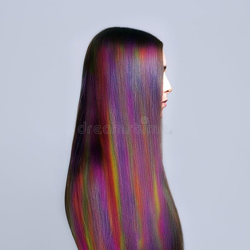 Giovane donna delle acconciature dell'arcobaleno Capelli variopinti immagine stock libera da diritti
