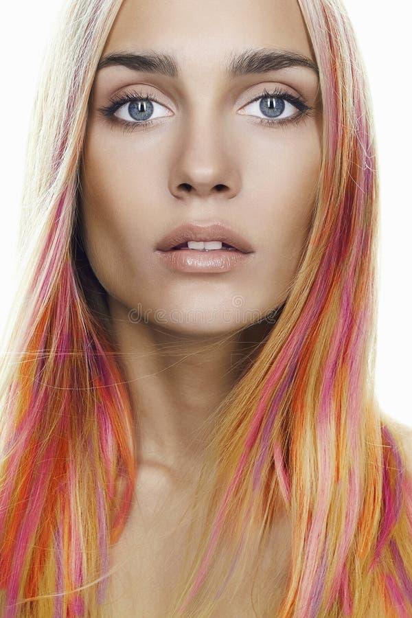Giovane donna delle acconciature dell'arcobaleno Capelli variopinti immagine stock