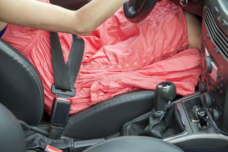 Giovane donna dentro l'automobile inarcata su con la cintura di sicurezza protettiva Concetto di precauzione e di sicurezza fotografia stock libera da diritti