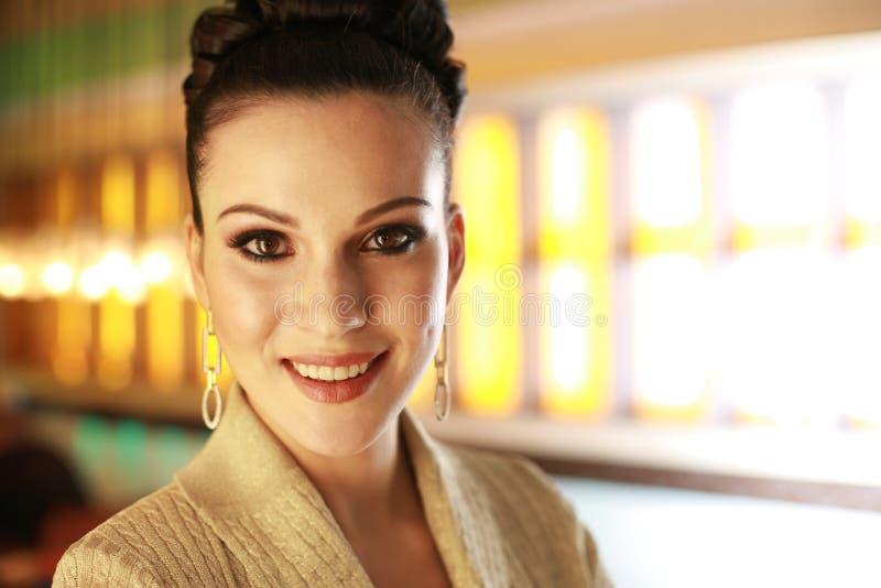 Download Giovane donna di affari immagine stock. Immagine di earrings - 3875427