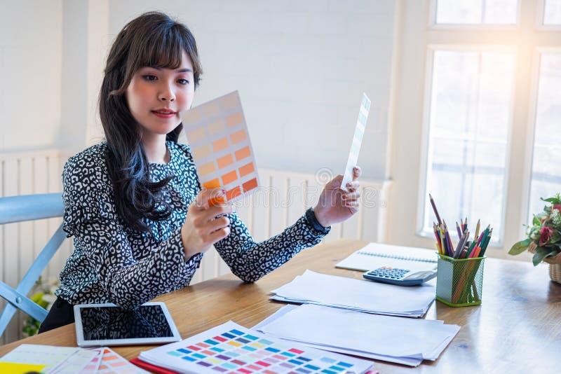 Giovane donna di affari in abbigliamento casual allo spazio ufficio della casa della giovane impresa, giovane donna creativa asia fotografie stock