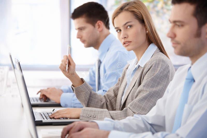 Giovane donna di affari ad addestramento di affari immagine stock