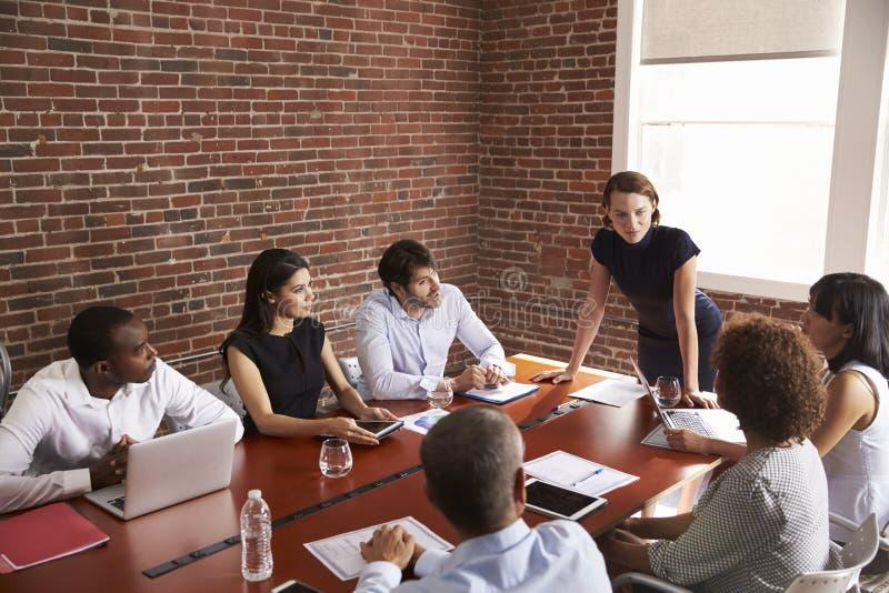 Giovane donna di affari Addressing Boardroom Meeting fotografie stock