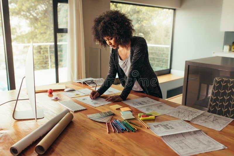 Giovane donna di affari africana che lavora al progetto immagine stock libera da diritti