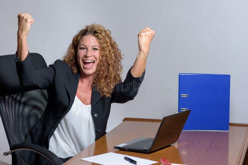 Giovane donna di affari alla moda incoraggiante con un sorriso adorabile fotografia stock libera da diritti