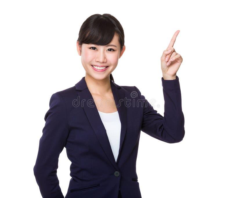 Giovane donna di affari asiatica che mostra dito su fotografia stock libera da diritti