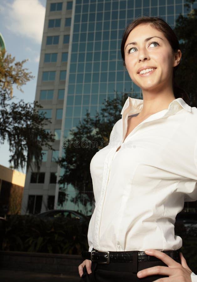 Giovane donna di affari attraente immagine stock