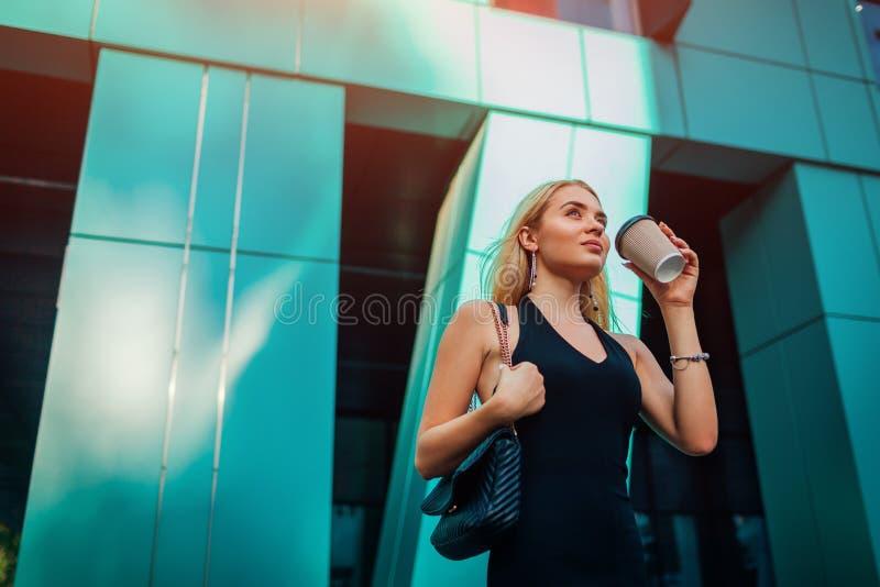 Giovane donna di affari bionda che ha rottura del coffe dal centro di affari moderno in città Ritratto di riuscita donna alla mod immagini stock libere da diritti