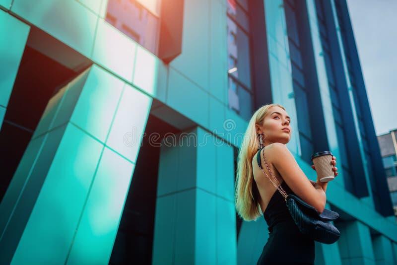 Giovane donna di affari bionda che ha rottura del coffe dal centro di affari moderno in città Ritratto di riuscita donna alla mod immagine stock