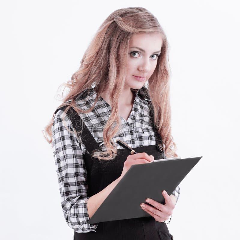 Giovane donna di affari che firma un documento Isolato su bianco immagine stock libera da diritti