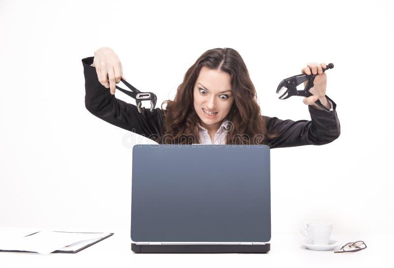 Giovane donna di affari che fracassa un computer portatile Isolato su bianco fotografie stock libere da diritti